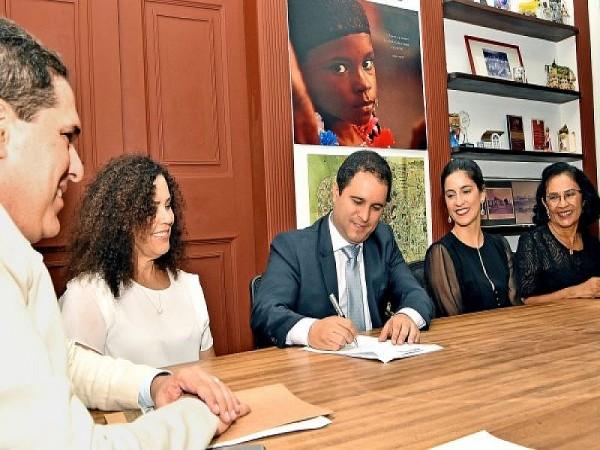 Prefeito Edivaldo assina Termo de Compromisso para reforma da Praça Dom Pedro II. Foto: Ascom